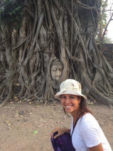 Wat Maha That: cabeça de Buda entre galhos de árvores